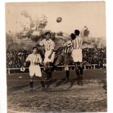 Coleccionismo deportivo: AMADEO Y CHOLÍN DE LA REAL SOCIEDAD JUNTO A MORIONES DEL ATLÉTICO DE MADRID. METROPOLITANO C.1925. Lote 132513774