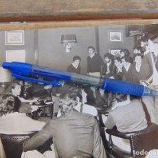Coleccionismo deportivo: FOTO FOTOGRAFIA JAEN 1ª HUELGA DE FUTBOLISTAS ,3 / 3 / 1979 JUGADORES EN REUNION. Lote 132986062