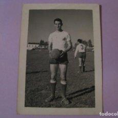 Coleccionismo deportivo: FOTO DE UN FUTBOLISTA. DETRÁS ESCRITA. SIN IDENTIFICAR. 1960. 9X6 CM.. Lote 133348730