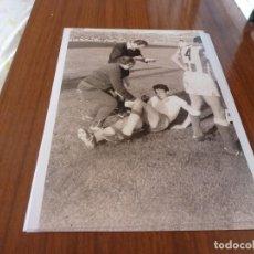 Coleccionismo deportivo: FOTO(20 X 15)BUSTILLO TEMP.67-68 ÚLTIMO PARTIDO CON R.ZARAGOZA ESTANDO YA FICHADO F.C.BARCELONA. Lote 133534566