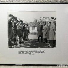 Coleccionismo deportivo: FOTOGRAFIA DE PRENSA ORIGINAL DE JOAN SAMARANCH I EL HOQUEI PATINS-HOCKEY AÑOS 50. Lote 133571030