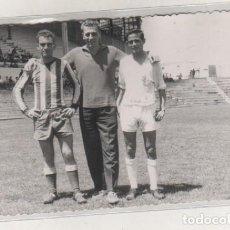 Coleccionismo deportivo: FOTOGRAFÍA DE UN FUTBOLISTAS EN UN CAMPO DE FUTBOL DE MADRID.14 X 9 CM AÑO 1962 FOT DURILLO.. Lote 133638538