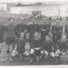 Coleccionismo deportivo: FOTOGRAFÍA EL BARCELONA EN EL VIEJO CHAMARTÍN. TEMPORADA . REPRODUCCIÓN POSTERIOR. 18 X 12 CM. Lote 133662786