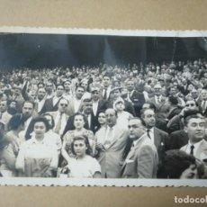 Coleccionismo deportivo: FOTO ANTIGUA AFICIONADOS ATHLETIC CLUB DE BILBAO EN UN ESTADIO. AÑOS 50. Lote 133699418
