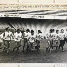 Coleccionismo deportivo: 27 FOTOGRAFIAS FUTBOL SELECCION ESPAÑOLA - AÑOS 1980 - ARCONADA, MICHEL, SATRUSTEGUI, SANTILLANA,.... Lote 133902658