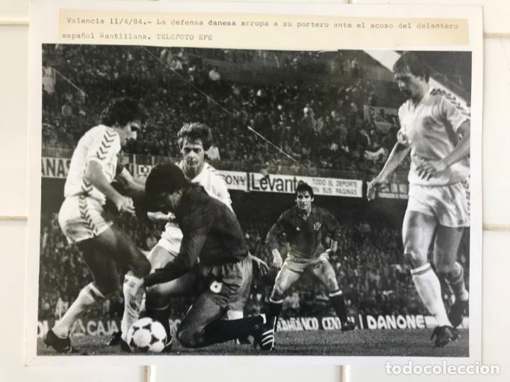 Coleccionismo deportivo: 27 FOTOGRAFIAS FUTBOL SELECCION ESPAÑOLA - AÑOS 1980 - ARCONADA, MICHEL, SATRUSTEGUI, SANTILLANA,... - Foto 5 - 133902658
