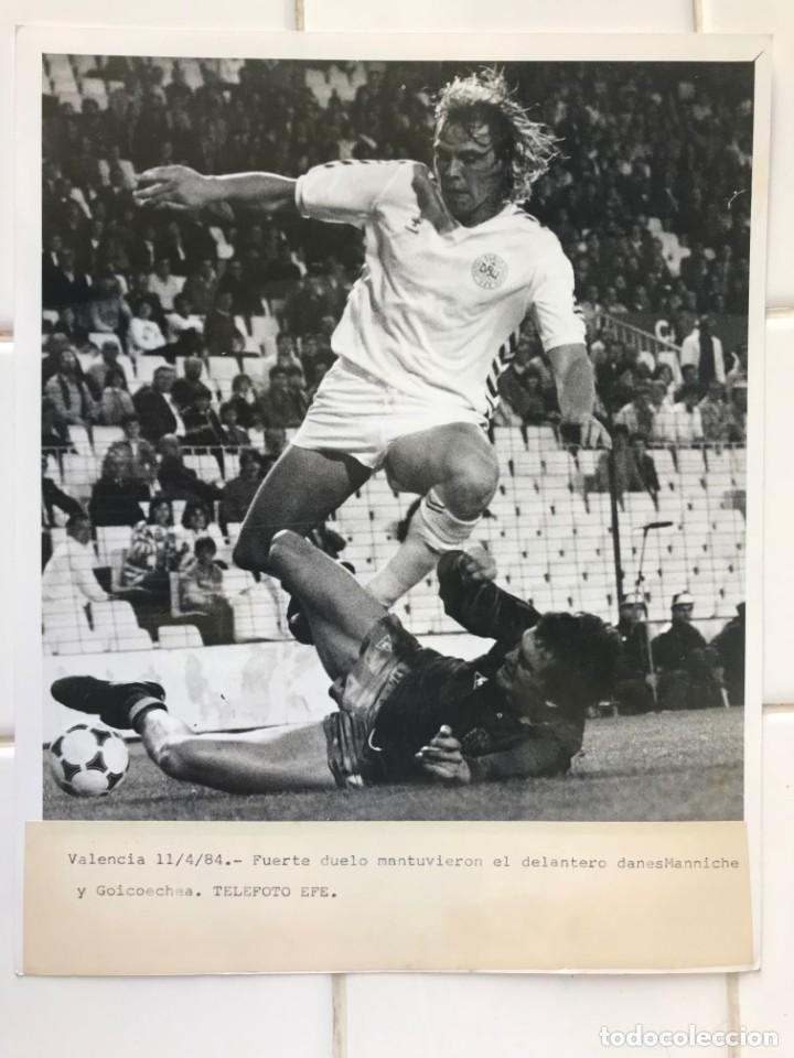 Coleccionismo deportivo: 27 FOTOGRAFIAS FUTBOL SELECCION ESPAÑOLA - AÑOS 1980 - ARCONADA, MICHEL, SATRUSTEGUI, SANTILLANA,... - Foto 8 - 133902658