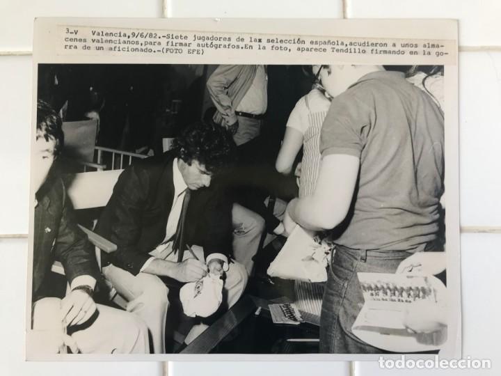 Coleccionismo deportivo: 27 FOTOGRAFIAS FUTBOL SELECCION ESPAÑOLA - AÑOS 1980 - ARCONADA, MICHEL, SATRUSTEGUI, SANTILLANA,... - Foto 17 - 133902658