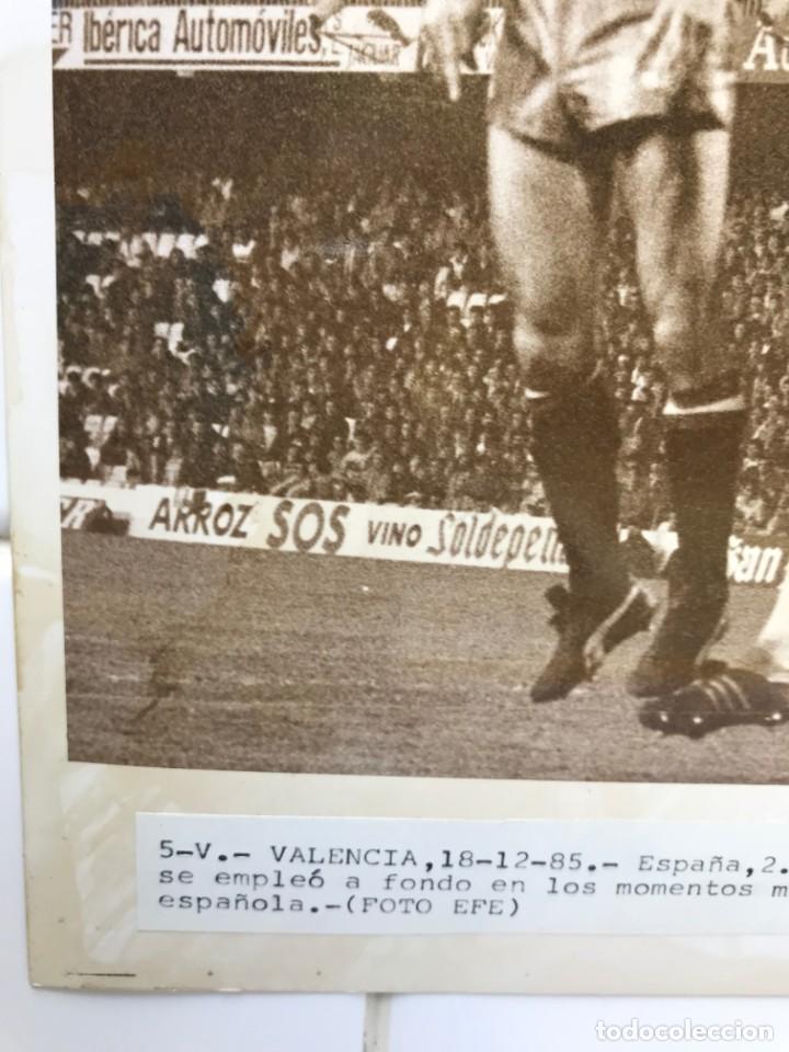Coleccionismo deportivo: 27 FOTOGRAFIAS FUTBOL SELECCION ESPAÑOLA - AÑOS 1980 - ARCONADA, MICHEL, SATRUSTEGUI, SANTILLANA,... - Foto 38 - 133902658