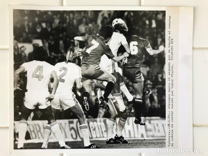 Coleccionismo deportivo: 27 FOTOGRAFIAS FUTBOL SELECCION ESPAÑOLA - AÑOS 1980 - ARCONADA, MICHEL, SATRUSTEGUI, SANTILLANA,... - Foto 48 - 133902658