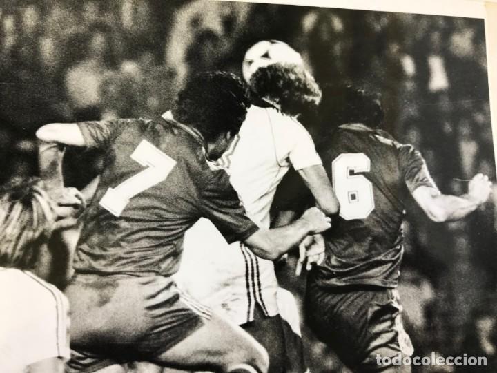 Coleccionismo deportivo: 27 FOTOGRAFIAS FUTBOL SELECCION ESPAÑOLA - AÑOS 1980 - ARCONADA, MICHEL, SATRUSTEGUI, SANTILLANA,... - Foto 50 - 133902658