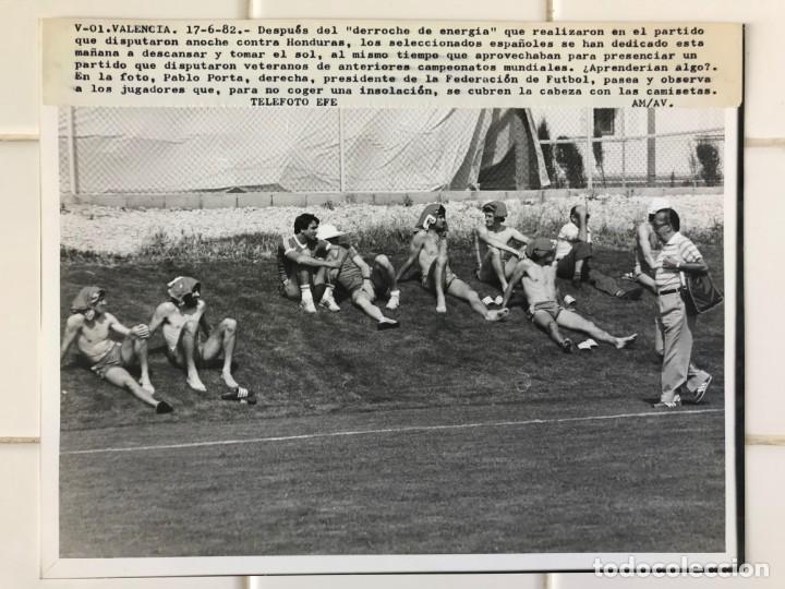 Coleccionismo deportivo: 27 FOTOGRAFIAS FUTBOL SELECCION ESPAÑOLA - AÑOS 1980 - ARCONADA, MICHEL, SATRUSTEGUI, SANTILLANA,... - Foto 57 - 133902658