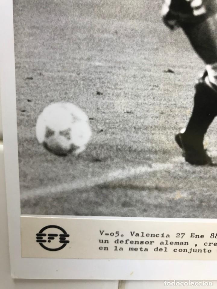 Coleccionismo deportivo: 27 FOTOGRAFIAS FUTBOL SELECCION ESPAÑOLA - AÑOS 1980 - ARCONADA, MICHEL, SATRUSTEGUI, SANTILLANA,... - Foto 62 - 133902658