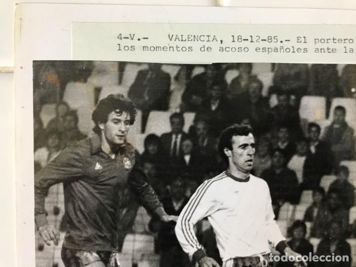 Coleccionismo deportivo: 27 FOTOGRAFIAS FUTBOL SELECCION ESPAÑOLA - AÑOS 1980 - ARCONADA, MICHEL, SATRUSTEGUI, SANTILLANA,... - Foto 65 - 133902658