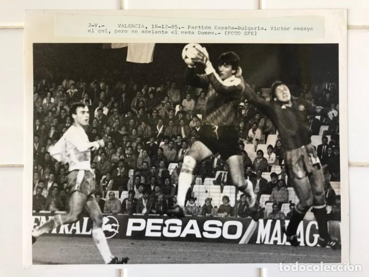 Coleccionismo deportivo: 27 FOTOGRAFIAS FUTBOL SELECCION ESPAÑOLA - AÑOS 1980 - ARCONADA, MICHEL, SATRUSTEGUI, SANTILLANA,... - Foto 66 - 133902658