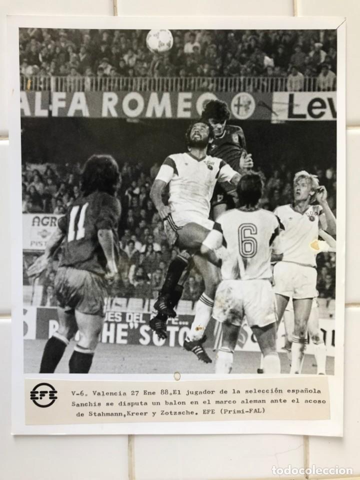 Coleccionismo deportivo: 27 FOTOGRAFIAS FUTBOL SELECCION ESPAÑOLA - AÑOS 1980 - ARCONADA, MICHEL, SATRUSTEGUI, SANTILLANA,... - Foto 72 - 133902658