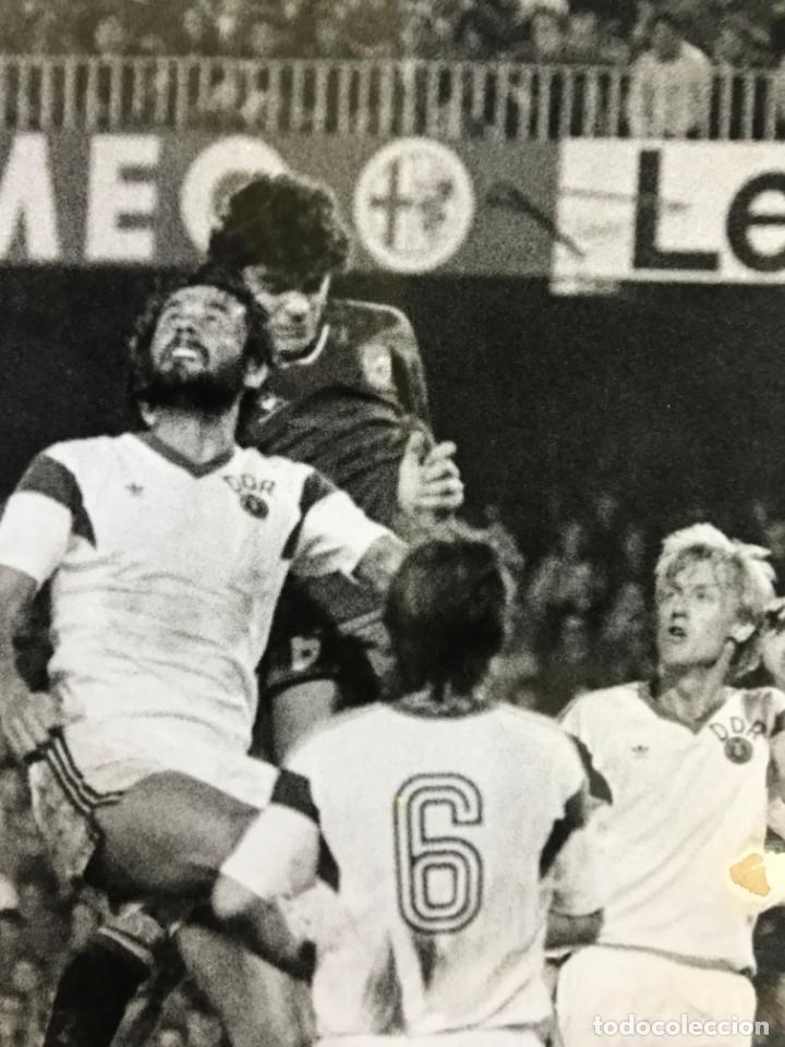 Coleccionismo deportivo: 27 FOTOGRAFIAS FUTBOL SELECCION ESPAÑOLA - AÑOS 1980 - ARCONADA, MICHEL, SATRUSTEGUI, SANTILLANA,... - Foto 74 - 133902658