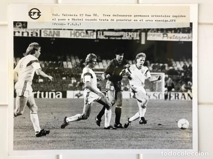 Coleccionismo deportivo: 27 FOTOGRAFIAS FUTBOL SELECCION ESPAÑOLA - AÑOS 1980 - ARCONADA, MICHEL, SATRUSTEGUI, SANTILLANA,... - Foto 76 - 133902658