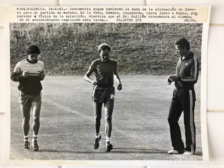 Coleccionismo deportivo: 27 FOTOGRAFIAS FUTBOL SELECCION ESPAÑOLA - AÑOS 1980 - ARCONADA, MICHEL, SATRUSTEGUI, SANTILLANA,... - Foto 79 - 133902658