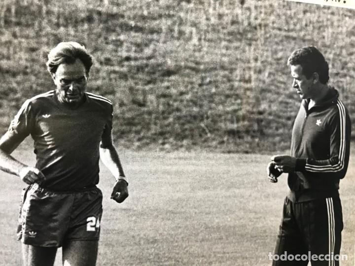 Coleccionismo deportivo: 27 FOTOGRAFIAS FUTBOL SELECCION ESPAÑOLA - AÑOS 1980 - ARCONADA, MICHEL, SATRUSTEGUI, SANTILLANA,... - Foto 81 - 133902658