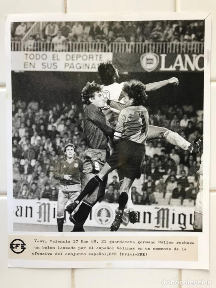 Coleccionismo deportivo: 27 FOTOGRAFIAS FUTBOL SELECCION ESPAÑOLA - AÑOS 1980 - ARCONADA, MICHEL, SATRUSTEGUI, SANTILLANA,... - Foto 82 - 133902658