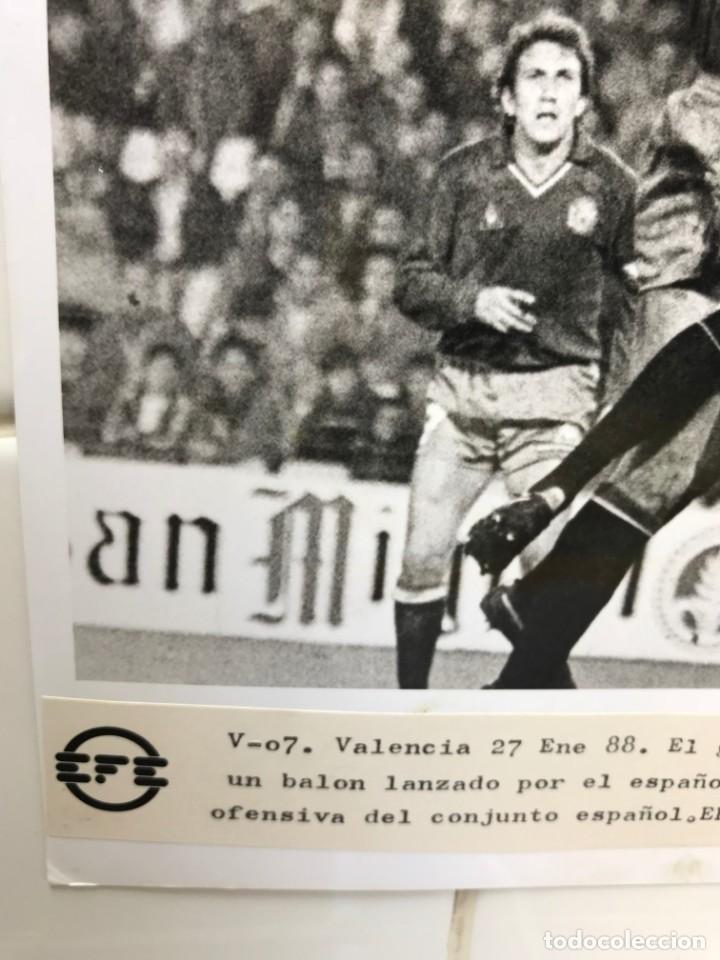 Coleccionismo deportivo: 27 FOTOGRAFIAS FUTBOL SELECCION ESPAÑOLA - AÑOS 1980 - ARCONADA, MICHEL, SATRUSTEGUI, SANTILLANA,... - Foto 83 - 133902658