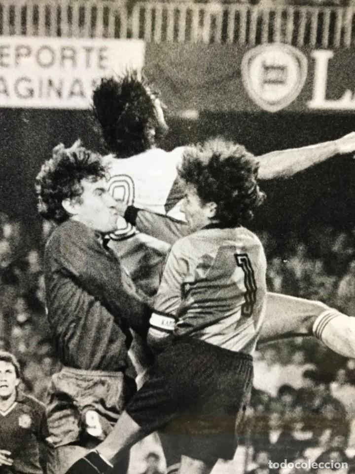 Coleccionismo deportivo: 27 FOTOGRAFIAS FUTBOL SELECCION ESPAÑOLA - AÑOS 1980 - ARCONADA, MICHEL, SATRUSTEGUI, SANTILLANA,... - Foto 84 - 133902658