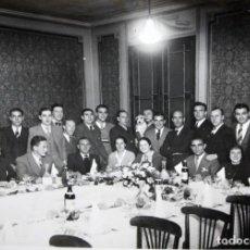 Coleccionismo deportivo: ANTIGUA FOTORAFIA DE LA CENA DE LOS JUGADORES DEL FC BARCELONA. TEMP. 1935. 16,5 CM. X 22,5 CM.. Lote 135411982