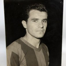 Coleccionismo deportivo: ANTIGUA FOTORAFIA DEL FUTBOLISTA EVARISTO (RIO DE JANEIRO 1933). FC BARCELONA. 23,8 CM. X 18 CM.. Lote 135414090