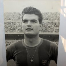 Coleccionismo deportivo: ANTIGUA FOTOGRAFIA DEL FUTBOLISTA ENRIC GENSANA I MEROLA (FC BARCELONA 1956-1964). 23,8CM. X 19,5CM.. Lote 135886226