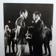 Coleccionismo deportivo: ANTIFUA FOTOGRAFIA DEL JUGADOR DE FUTBOL JOAN SEGARRA I IRACHETA (FC BARCELONA). 18 CM. X 13,3 CM.. Lote 135891346