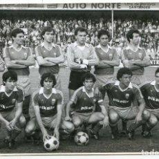 Coleccionismo deportivo: REAL ZARAGOZA EN EL SARDINERO DE SANTANDER, CON VALDANO, AMARILLA, SEÑOR, FOTO M. BUSTAMANTE. Lote 136247062