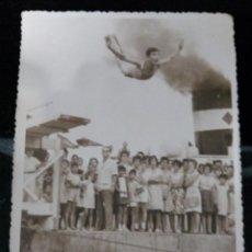 Coleccionismo deportivo: ANTIGUA FOTO GRAN SALTADOR SOBRE EL MAR - AÑOS 50-60 - MEDIDAS 18X12 - DEDICADA. Lote 136321262