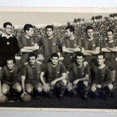 Coleccionismo deportivo: ANTIGUA FOTOGRAFIA DEL EQUIPO DEL FC BARCELONA. AÑOS 50. RAMALLETS, SEGARRA...ETC 8,5 CM. X 13,4 CM.. Lote 136543574