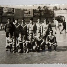 Coleccionismo deportivo: ANTIGUA FOTOGRAFIA DE UN EQUIPO DEL C.D. EUROPA (BARCELONA). AÑOS 40-50. 7 CM. X 10 CM.. Lote 136557642
