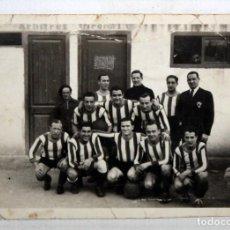 Coleccionismo deportivo: ANTIGUA FOTOGRAFIA DE UN EQUIPO DE FUTBOL. AÑOS 40-50. 6 CM. X 8,2 CM.. Lote 136675694