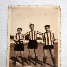 Coleccionismo deportivo: ANTIGUA FOTOGRAFIA DE LOS AÑOS 40-50 CON 3 JUGADORES DE FUTBOL. 8,7 CM. X 6 CM.. Lote 136680618