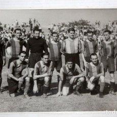 Coleccionismo deportivo: ANTIGUA FOTOGRAFIA DE UN PARTIDO DE VETERANOS DEL FC BARCELONA. 11,2 CM. X 17 CM.. Lote 136799614