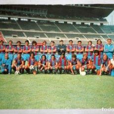 Coleccionismo deportivo: FOTO-POSTAL DE LA PLANTILLA DEL FC BARCELONA. TEMPORADA 1973/74. 15 CM. X 22 CM.. Lote 136801598