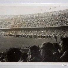 Coleccionismo deportivo: FOTOGRAFIA DE UNA CELEBRACIÓN DEL FC BARCELONA EN EL CAMP NOU. AÑOS 50. 11,5 CM. X 18 CM.. Lote 136808526