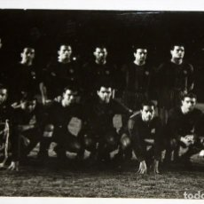 Coleccionismo deportivo: FOTOGRAFIA DEL EQUIPO DEL FC BARCELONA EN LA ELIMINATORIA DE COPA DE EUROPA (1959-60). 13 X 18 . Lote 136811542