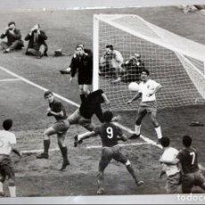 Coleccionismo deportivo: FOTOGRAFIA DE UN PARTIDO DE LIGA ENTRE EL FC BARCELONA Y EL REAL ZARAGOZA. 18,3 CM. X 23,5 CM.. Lote 136812990
