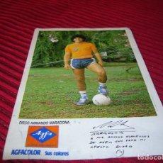 Coleccionismo deportivo: ANTIGUA FOTOGRAFIA DE DIEGO ARMANDO MARADONA.ANUNCIA AGFACOLOR.. Lote 137647418