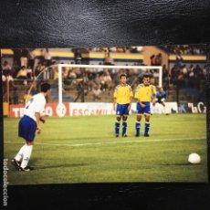 Coleccionismo deportivo: FOTO DE FUTBOL ROBAYNA, PAQUITO Y RADOJICIC EN EL ANTIGUO ESTADIO INSULAR DE LAS PALMAS. Lote 138059114