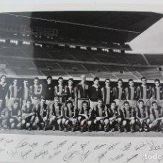 Coleccionismo deportivo: FG-206. FC BARCELONA. PLANTILLA TEMPORADA 1960-1961, CON FIRMA DE LOS JUGADORES.. Lote 139619610