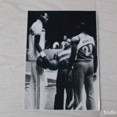 Coleccionismo deportivo: FOTOGRAFÍA BALONCESTO. MANUTE BOL, SPUDD WEBB Y DOMINIQUE WILKINS (NBA).. Lote 120321627