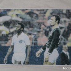 Coleccionismo deportivo: FOTOGRAFÍA FÚTBOL. PELÉ Y FRANZ BECKENBAUER. PARTIDO ENTRE EL SANTOS Y EL NEW YORK COSMOS.. Lote 120322175
