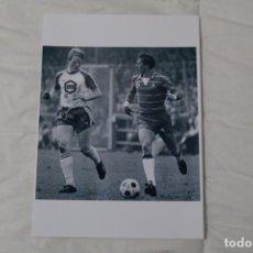 Coleccionismo deportivo: FOTOGRAFÍA FÚTBOL RONALD KOEMAN Y JOHAN CRUYFF. PARTIDO FC GRONINGEN - AJAX (1981) HOLANDA.. Lote 140900076