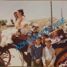 Coleccionismo deportivo: FOTOGRAFIA DE JUAN GOMEZ, JUANITO, EN UNA ROMERIA, 20X15 CMS. Lote 141710038