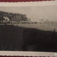 Coleccionismo deportivo - ANTIGUA FOTOGRAFIA.PARTIDO EN CAMPO DE FUTBOL SIN IDENTIFICAR.AÑOS 50,60 - 142259978